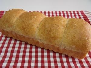 H26.8.26 白ゴマと全粒粉のパン 1